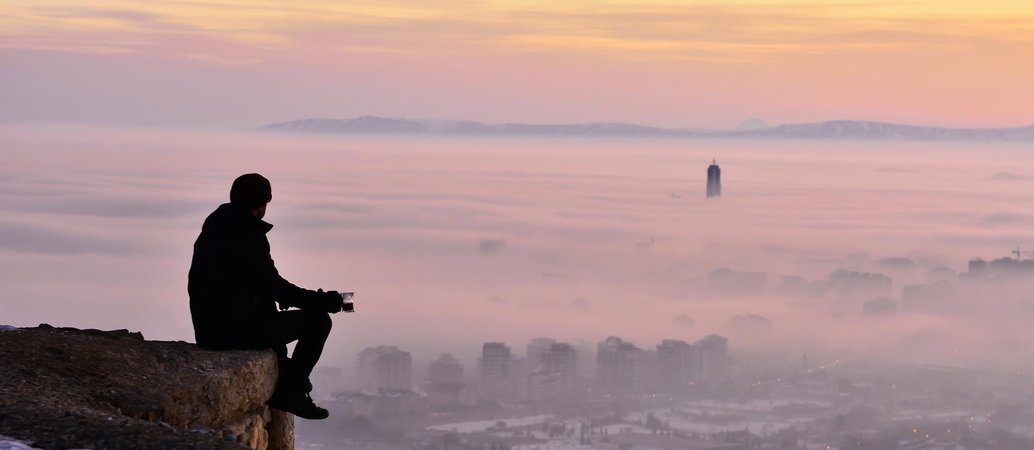 Sabah Erken Manzaranın Tadına Varan İnsan